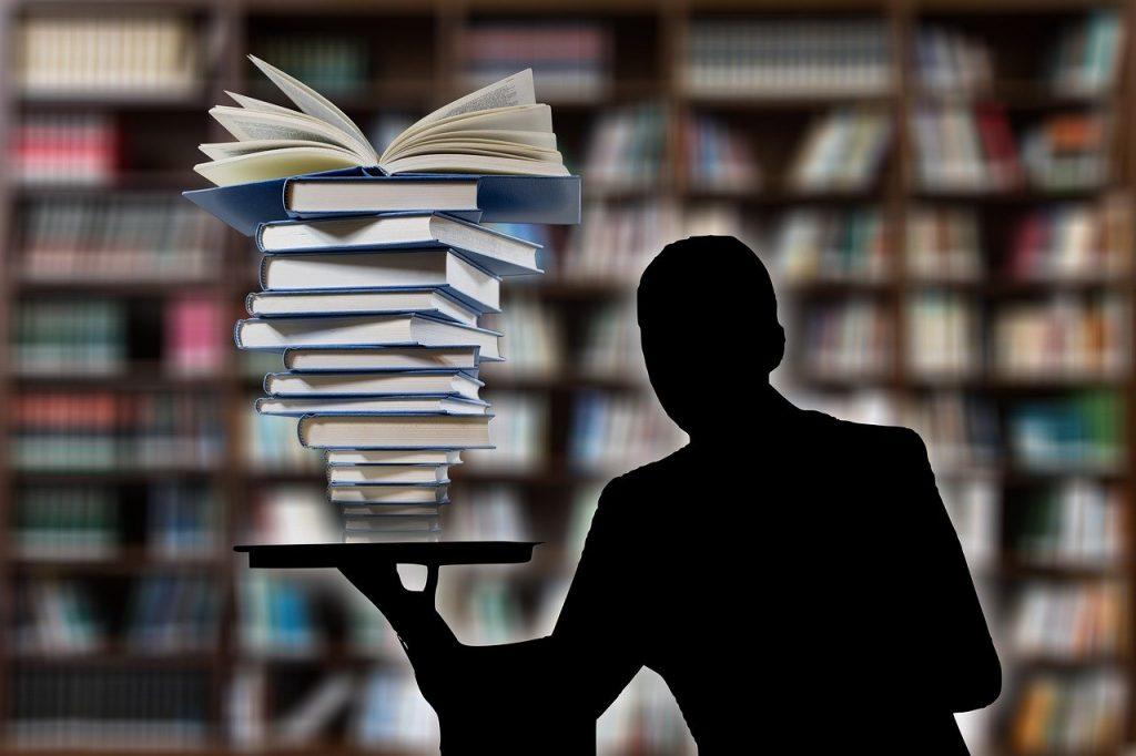 hombre hábil con los libros en la mano