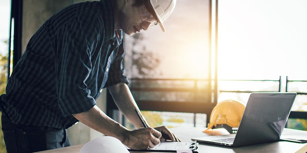 El Estimador de Construcciones trabaja en una oferta competitiva