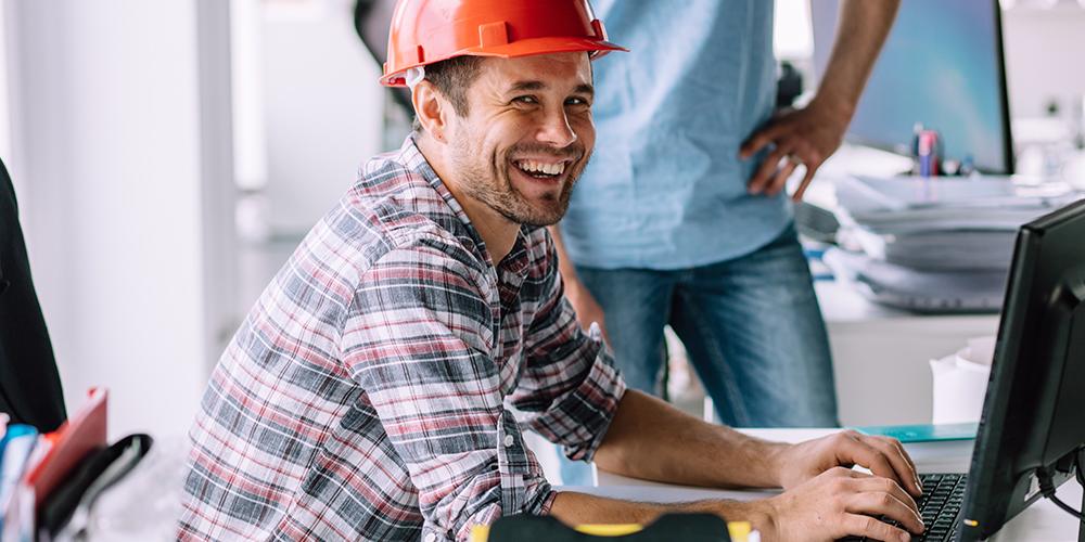 Estimateur de construction souriant